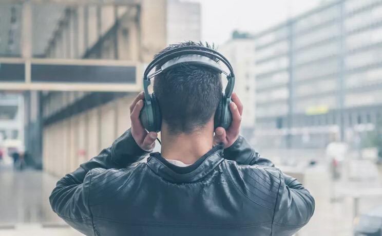 La música alta como causa de la sordera