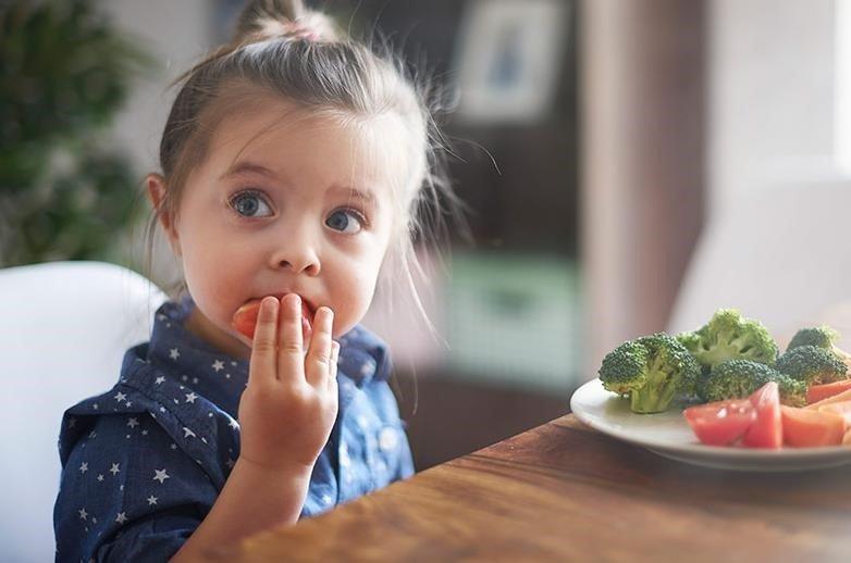 nina-comiendo-sola