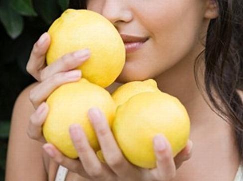 Oler limones no previene el cáncer