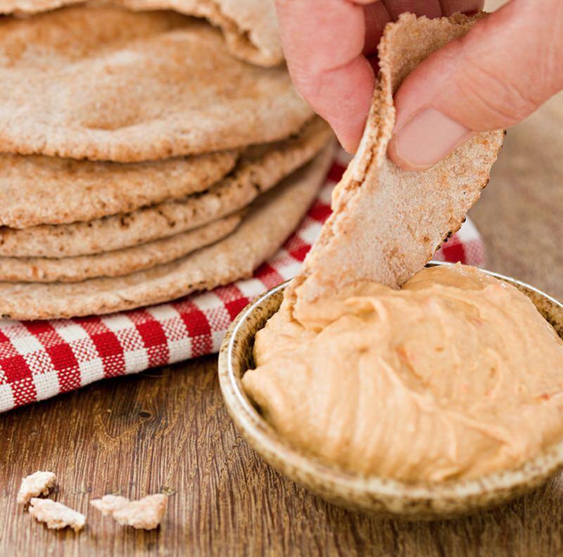 Delicioso pan pita con mantequilla de sésamo
