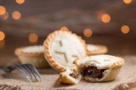 Pasteles de carne navideños, con canela y azúcar. Receta de Navidad