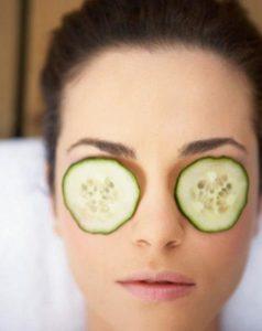 Pepino para ojos hinchados y cansados: remedio antibolsas