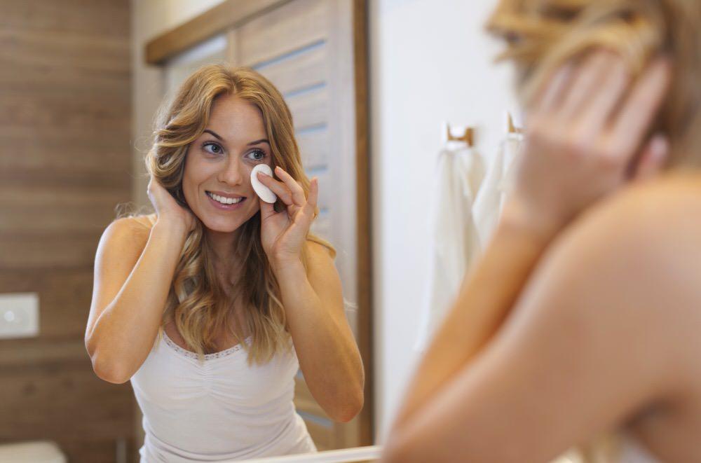 Por qué es fundamental quitarte el maquillaje antes de irte a la cama