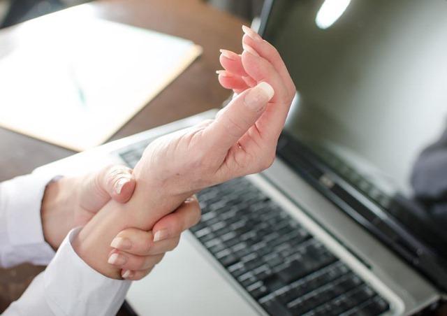 Si trabajas con el ordenador descubre cómo prevenir el síndrome del tunel carpiano