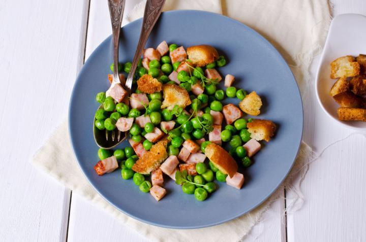 Deliciosa ensalada con guisantes y bacon