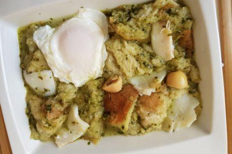 Sopa de bacalao y cilantro, receta de Portugal (Açorda à alentejana)