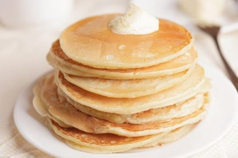 3 recetas de tortitas americanas: con mantequilla, miel y con mermelada