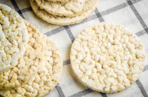 Cómo hacer tus propias tortitas de arroz inflado caseras (integrales y no)