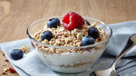 Descubre tres deliciosas recetas con yogur para un desayuno más nutritivo