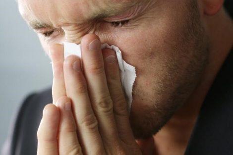 ¿Es malo estornudar hacia dentro y reprimir el estornudo?
