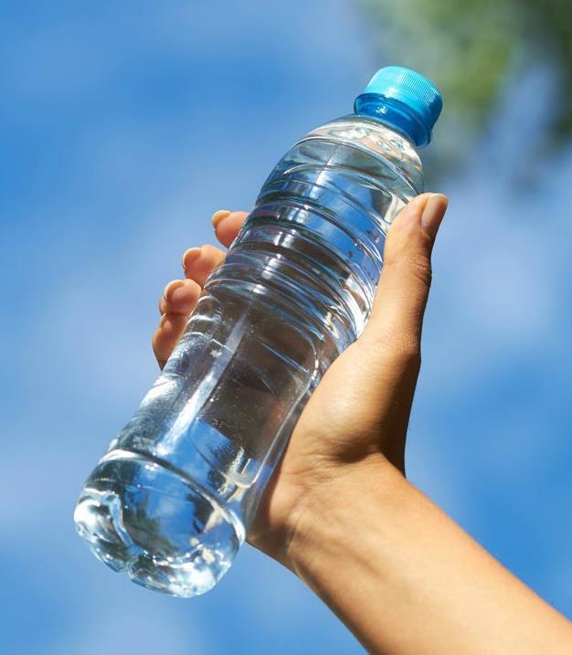 ¿Es peligroso reusar botellas de plástico?