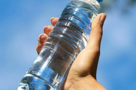 ¿Es adecuado reutilizar botellas de agua de plástico? Sus posibles riesgos