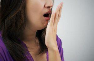 Sabor metálico en la boca: causas y síntomas