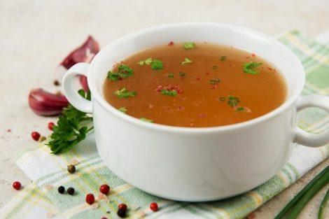 Sopa de cebolla y ajo, receta llena de beneficios contra gripes y resfriados