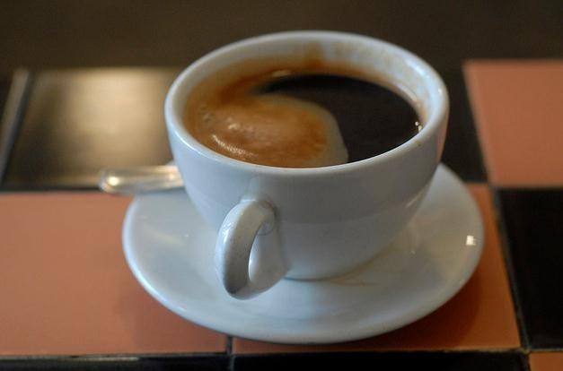 Por qué no es recomendable tomar café después de levantarnos