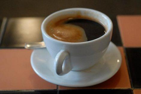 Por qué no es bueno tomar café tras despertarnos