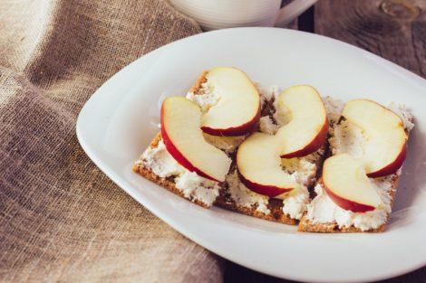 Receta de tostas de manzana, requesón y canela