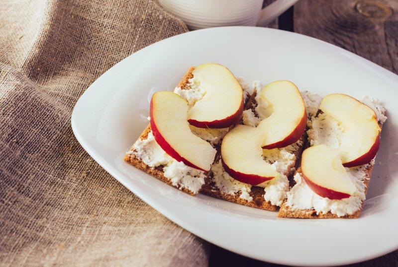 Receta de tostas de manzana, requeson y canela