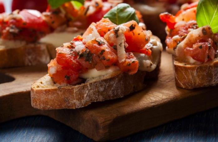 Tostas de tomate y albahaca