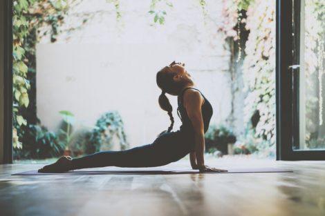 Principales beneficios del yoga para la salud y cómo hacerlo en casa