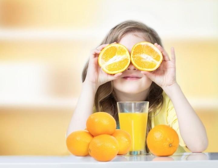 Zumo de naranjas en niños